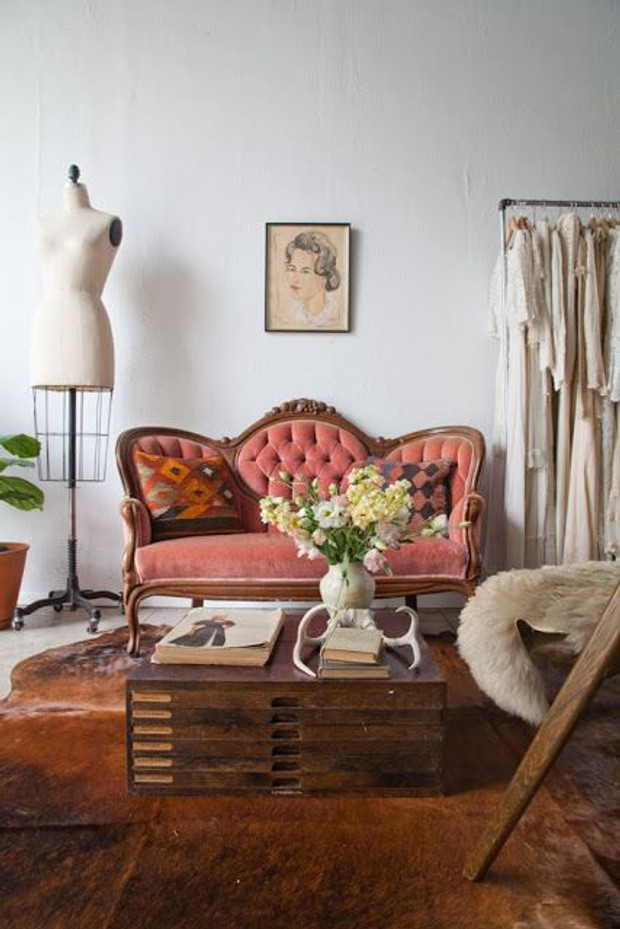 You Can Easily Adapt This Type Of Velvet Sofa In A Home Where Antiques Are  Loved And Vintage Finds Create An Alsmost Bohemian Look.