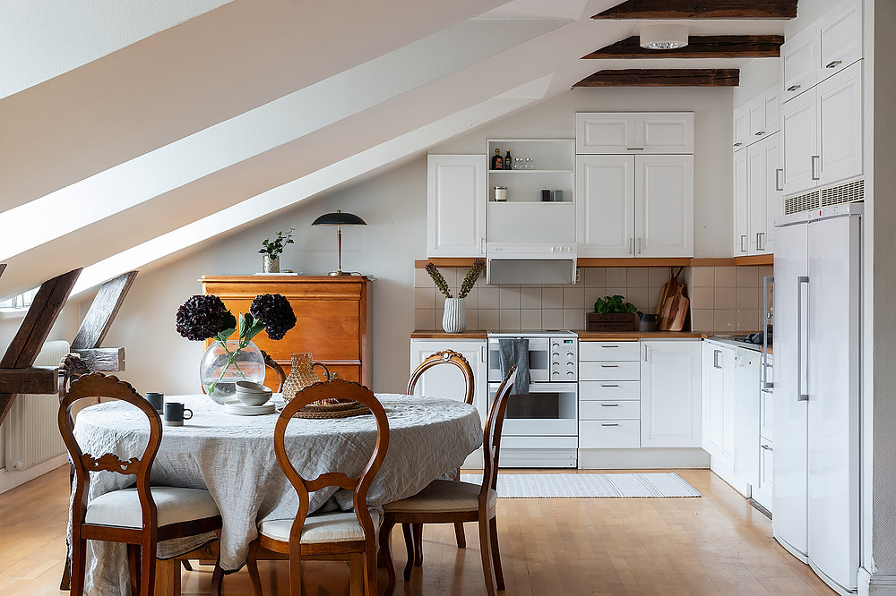 small kitchen design with all white kitchen cabinets