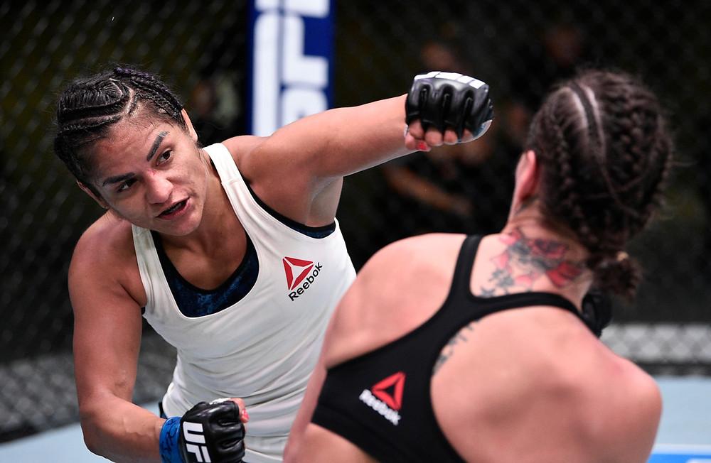 Cynthia Calvillo (9-1-1) vence Jessica Eye (15-8-0) por decisão unânime (49-46, 49-46, 48-47)