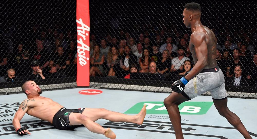 Israel Adesanya (18-0 MMA, 7-0 UFC) vence Robert Whittaker (20-5 MMA, 11-3 UFC) por nocaute