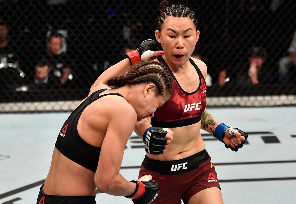 Yan Xiaonan vence Karolina Kowalkiewicz por decisão unânime (30–26, 30–26, 30–26)