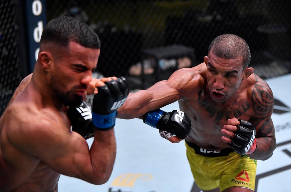 Raoni Barcelos vence Khalid Taha por decisão unânime (30-27, 30-27, 30-27)