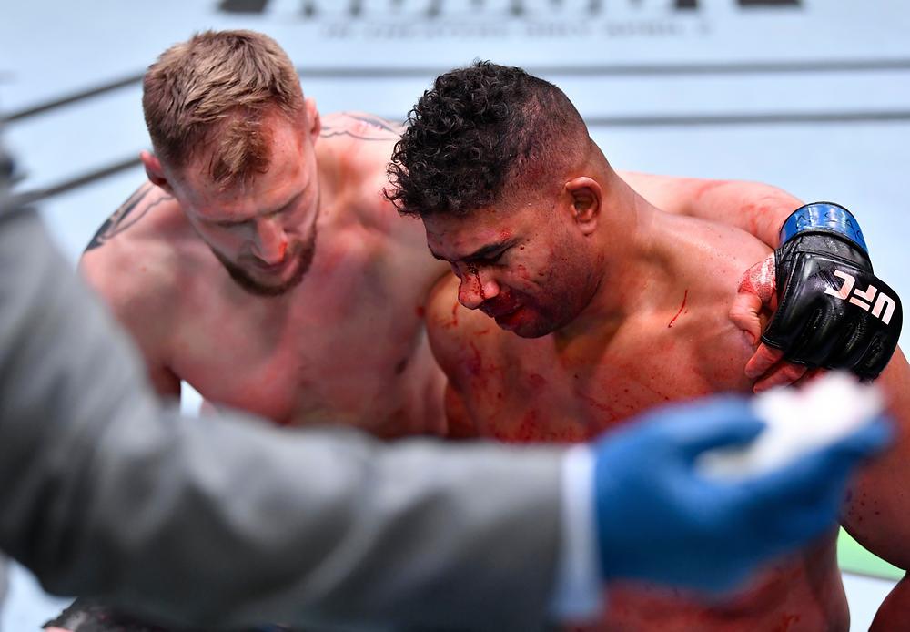 Alexander Volkov vence Alistair Overeem por TKO no 2R