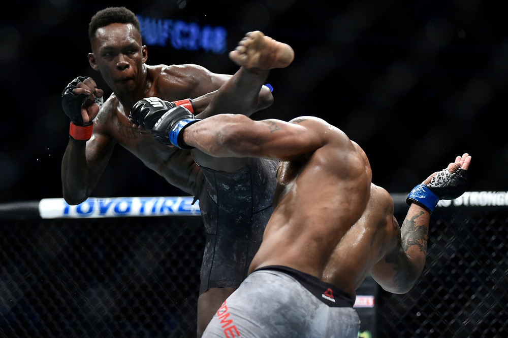 Israel Adesanya vence Yoel Romero por decisão unânime (48–47, 48–47, 49–46)