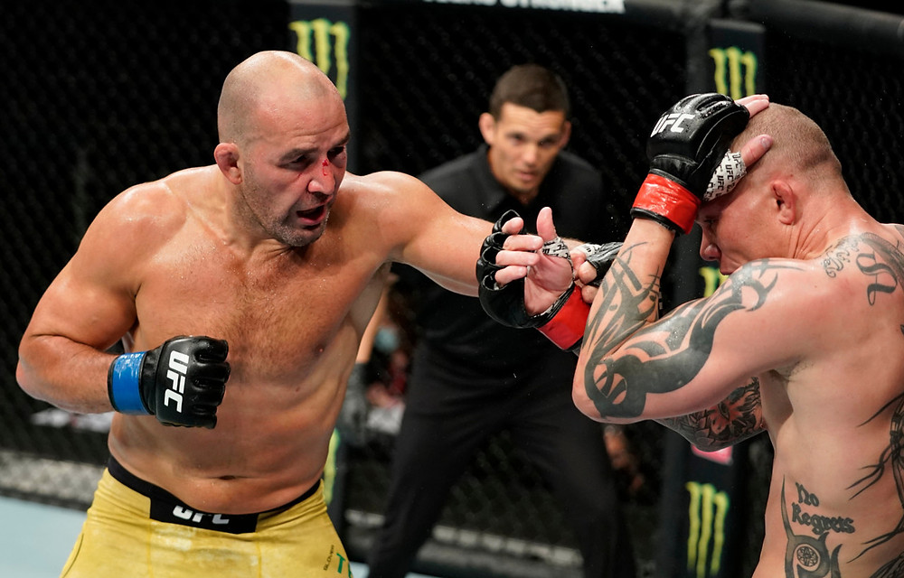 Glover Teixeira venceu Anthony Smith por nocaute técnico no 5R