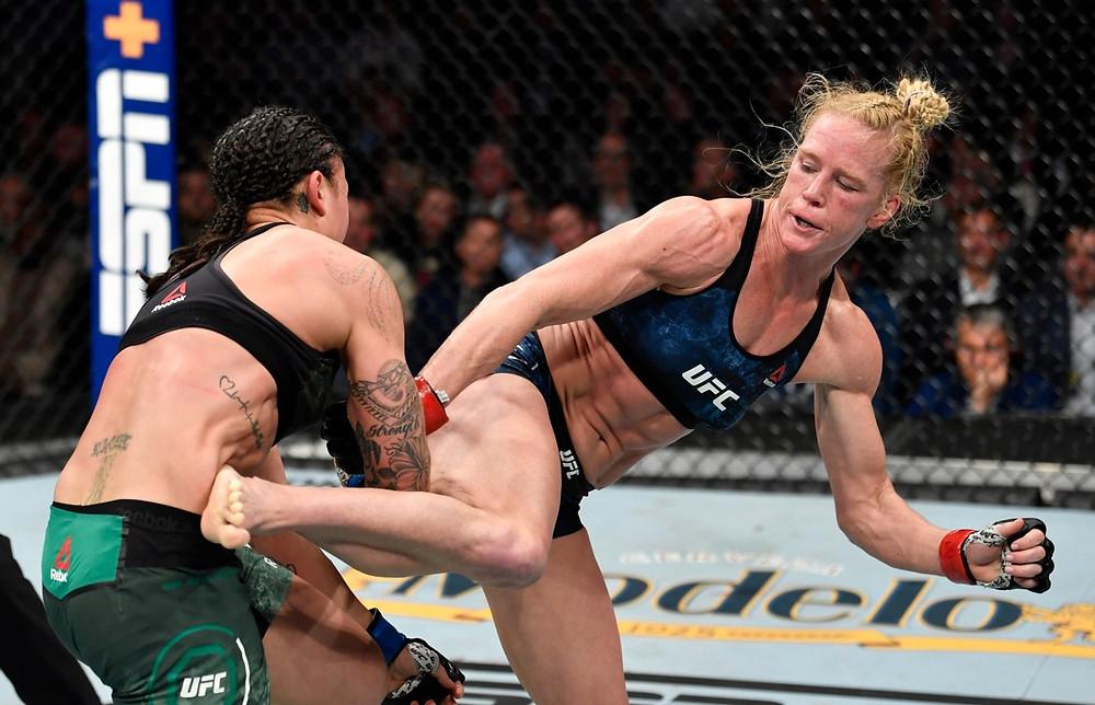 Holly Holm venceu Raquel Pennington por decisão unânime (29-28, 30-27, 30-27)