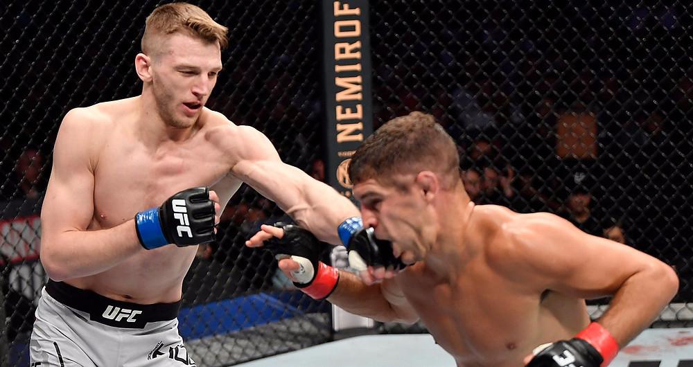 Dan Hooker (19-8 MMA, 9-4 UFC) vence Al Iaquinta (14-6-1 MMA, 9-5 UFC) por decisão unânime (30-27, 30-27, 30-26)