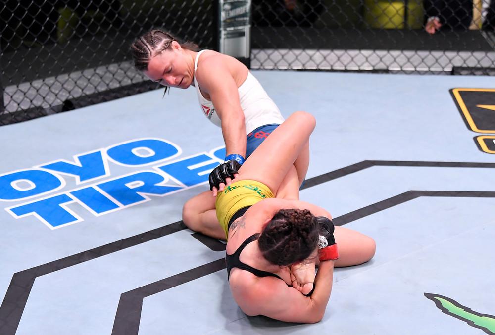 Mackenzie Dern (8-1-0) vence Hannah Cifers (10-5-0) por finalização no 1R