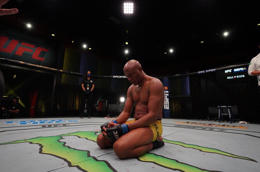 Uriah Hall vence Anderson Silva por nocaute técnico