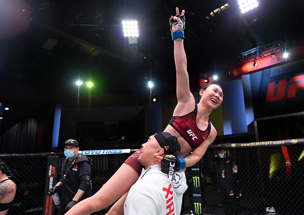 Yan Xiaonan vence Claudia Gadelha por decisão unânime (29-28- 29-28, 29-28)