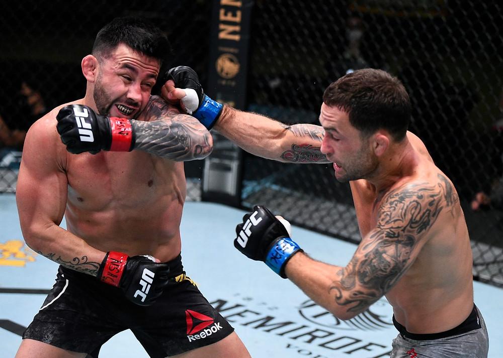 Frankie Edgar vence Pedro Munhoz por decisão dividida (48-47, 46-49, 48-47)