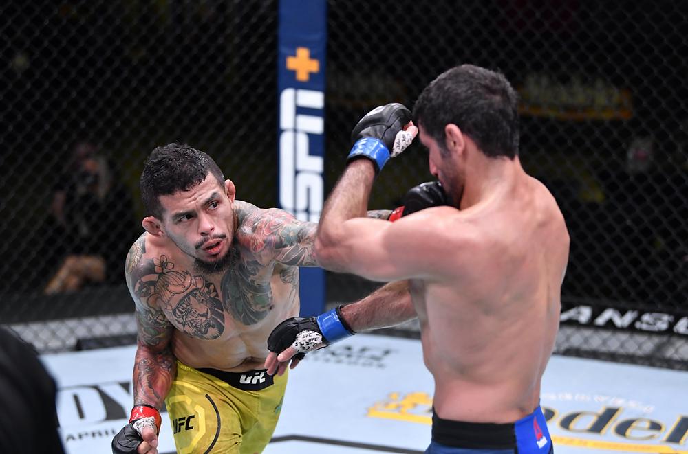 Beneil Dariush vence Diego Ferreira por decisão dividida (28-29, 29-28, 29-28)