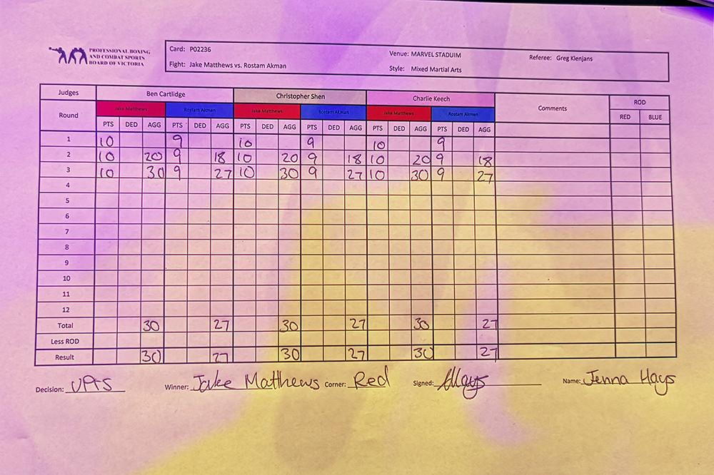 Jake Matthews (15-4 MMA, 8-4 UFC) venceu Rostem Akman (6-2 MMA, 0-2 UFC) por decisão unânime