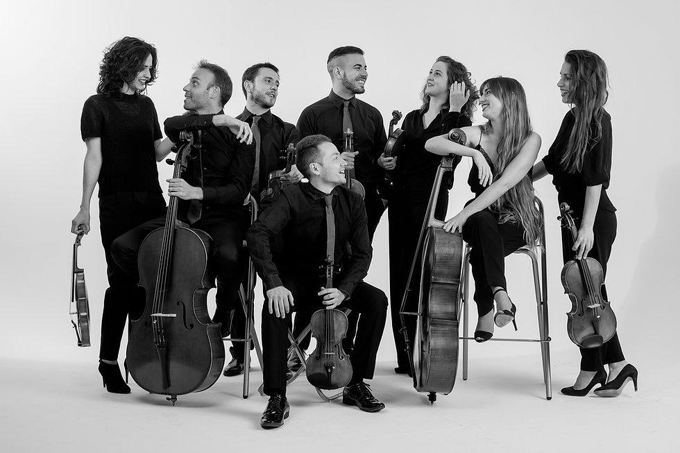 Fotografía de la sesión fotográfica de del octeto de cuerda Bambú Ensemble, por el fotógrafo Juan de The fly Factory en 2021, Gijón