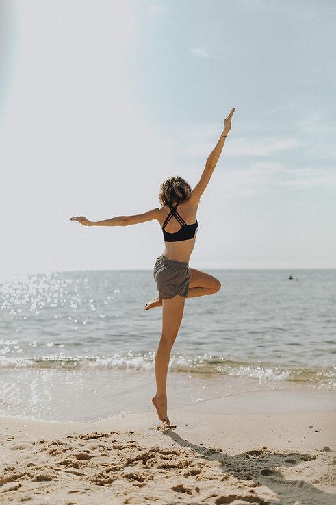 kaboompics_Woman exercising on the beach