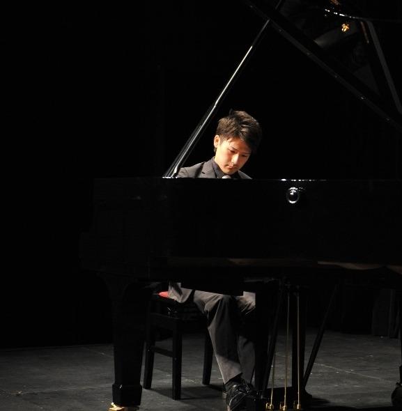 男性ピアニスト