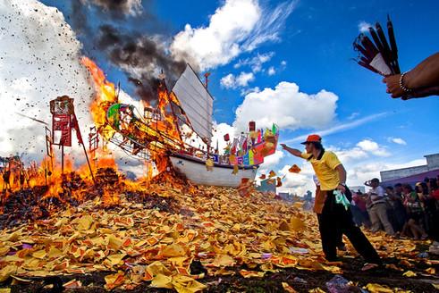Bakar Tongkang. Travel Photography by Yunaidi Joepoet