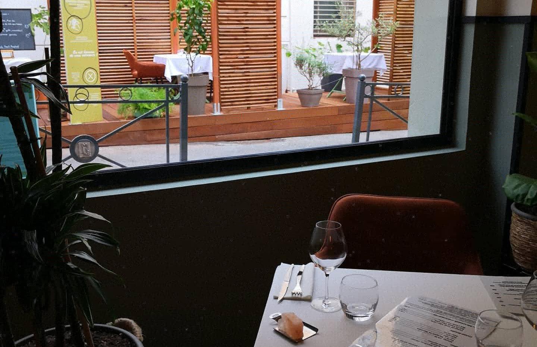 La terrasse vue de l'intérieur du restaurant.