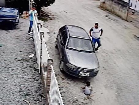 Escalofriante instante en que un auto pasa por encima de un niño sin causarle daños (Vídeo)