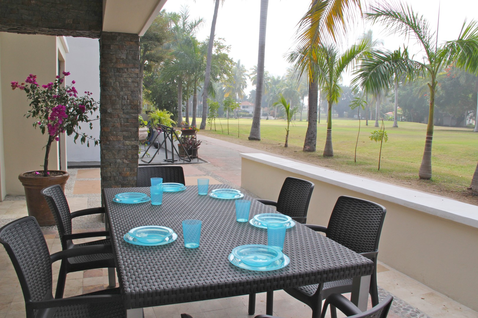 Outdoor dining for 6 people