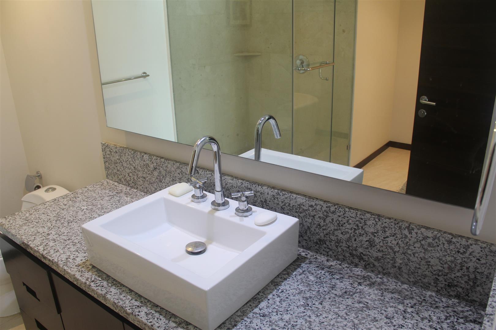 Lavabo amplio en baño principal