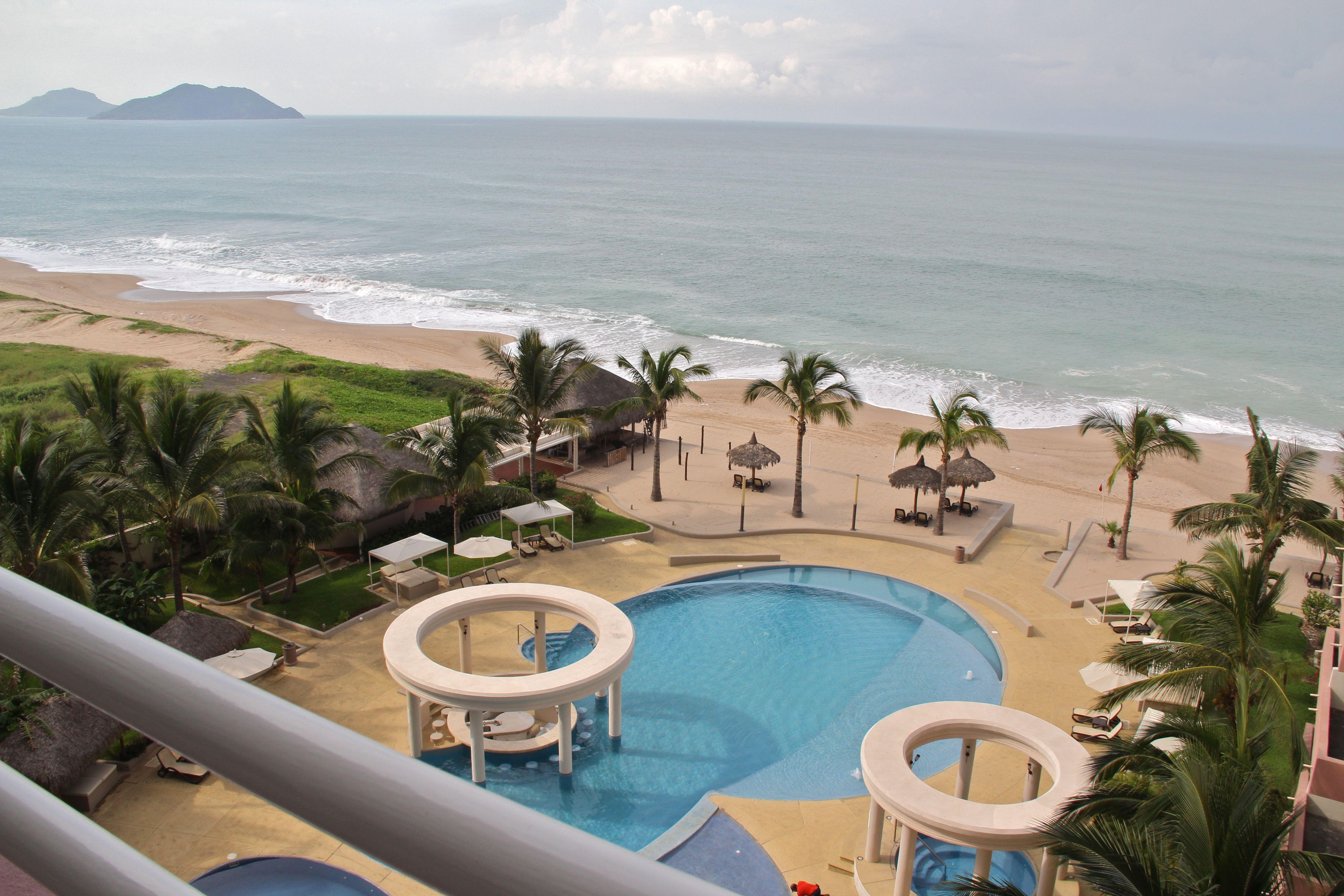 Vista al mar y alberca desde balcón