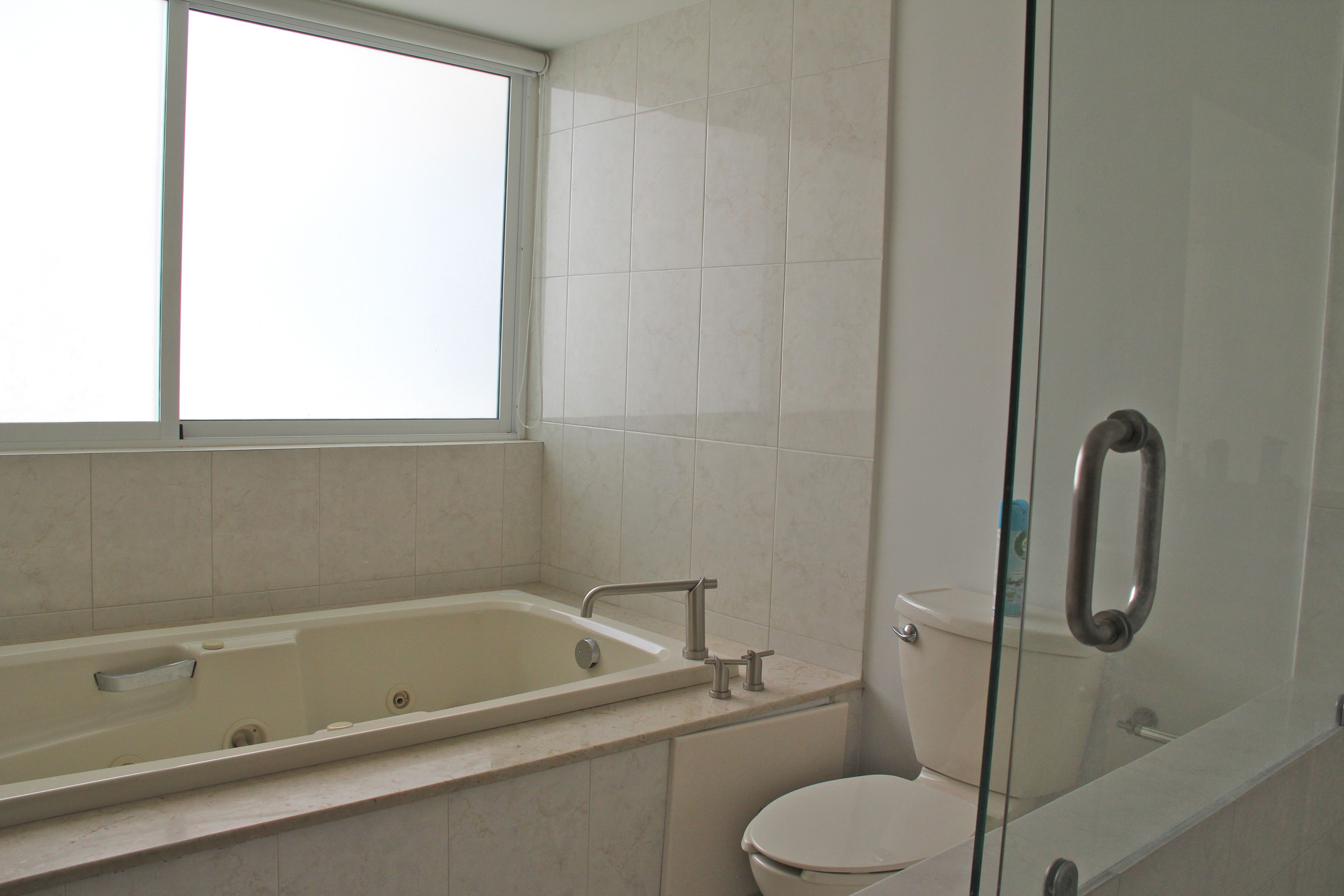 Baño principal amplio con jacuzzi