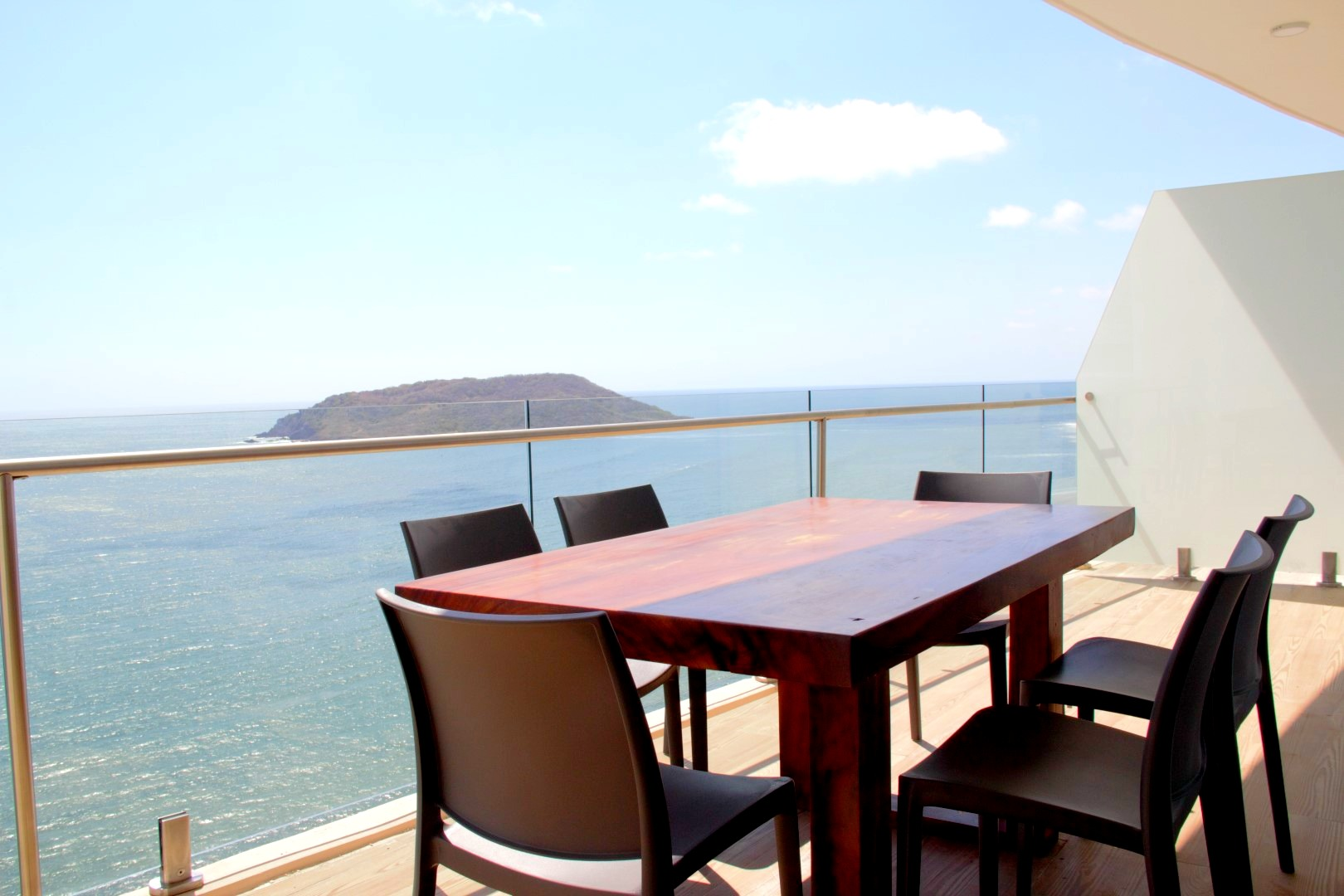 Terrace dining for 6 people.