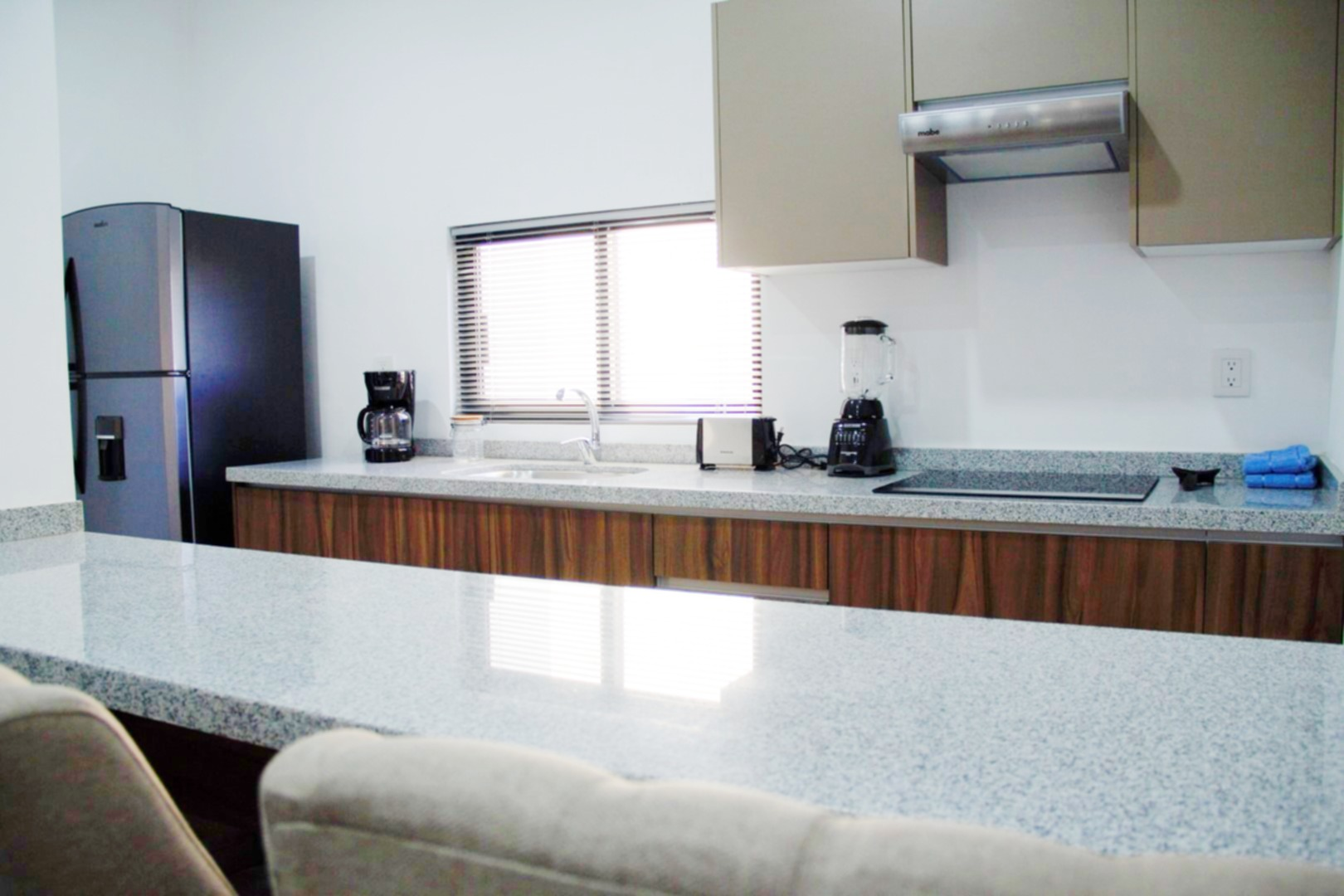 Equipped kitchen with breakfast bar.