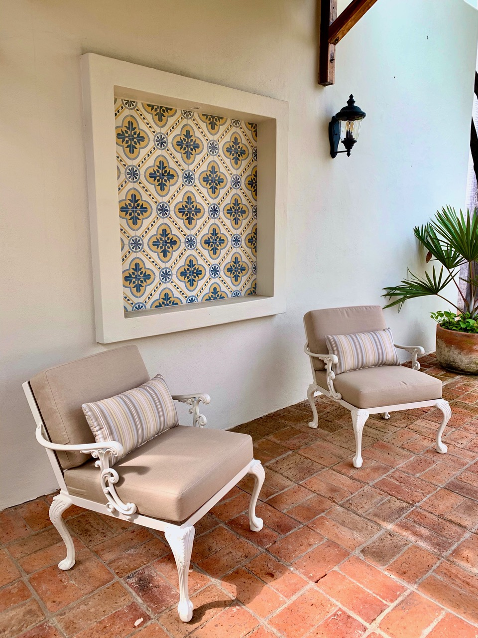 Covered patio seating next to the casita.