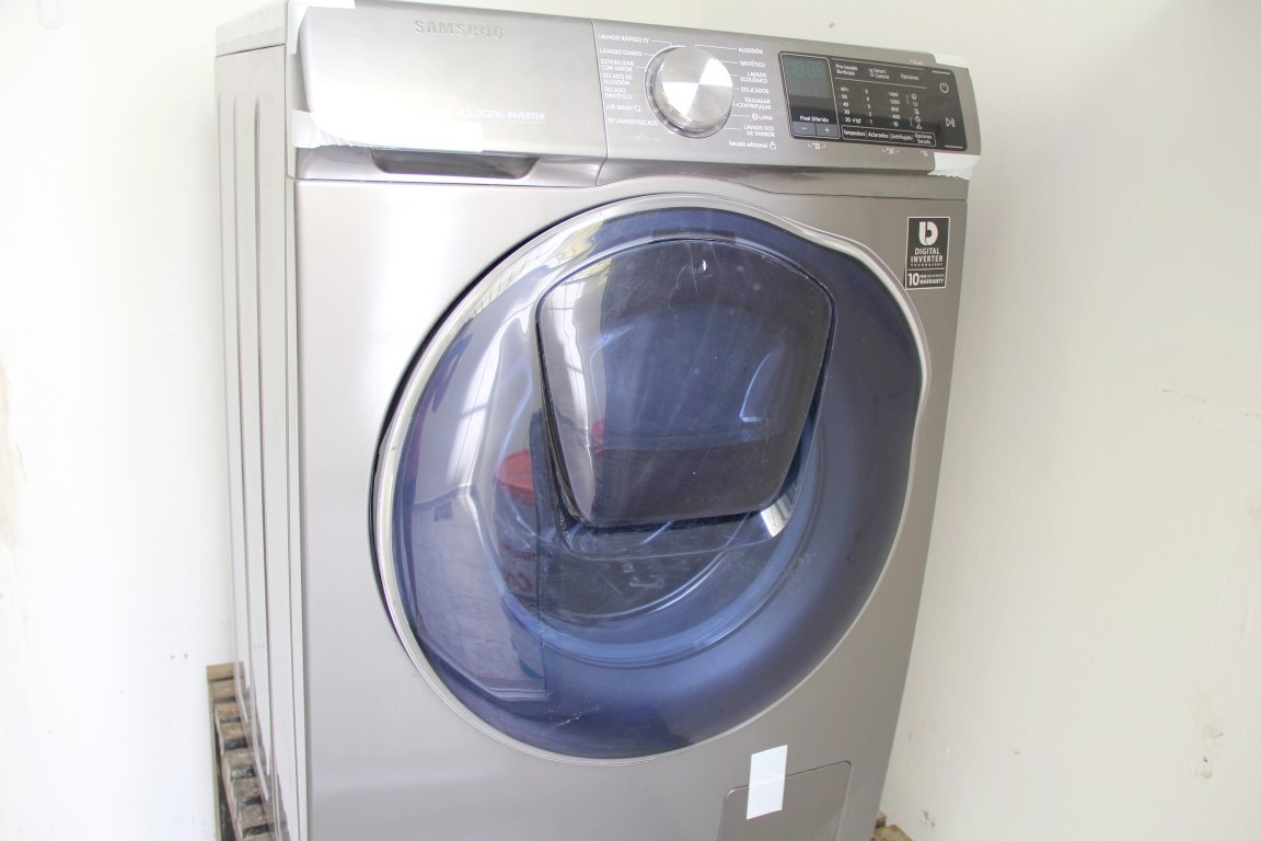 Washer/dryer in one unit.