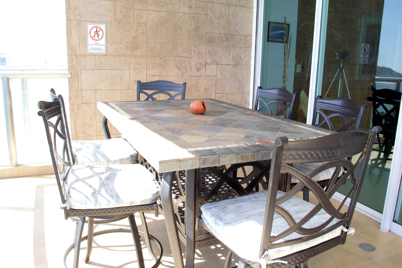 Exterior dining table for 6 people.