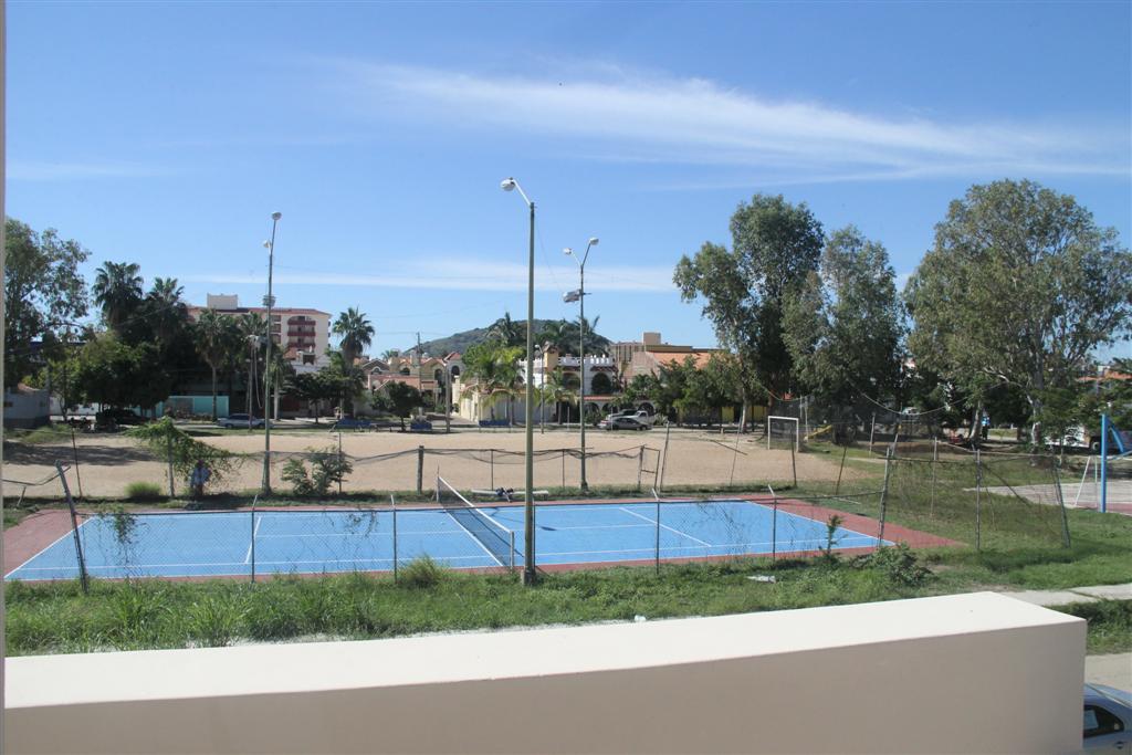 Cancha de tenis cruzando la calle
