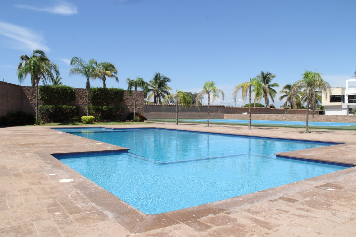 Large shared pool, off beach.