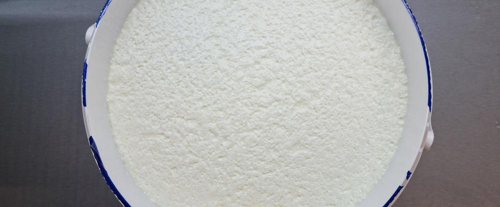 10 kg bílého jogurtu