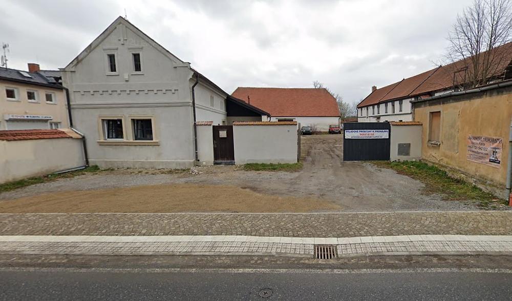 Pohled na novou dílnu z ulice v obci Rudná