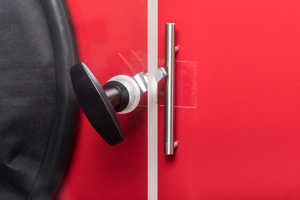 Detail kličky pro zavírání dveří