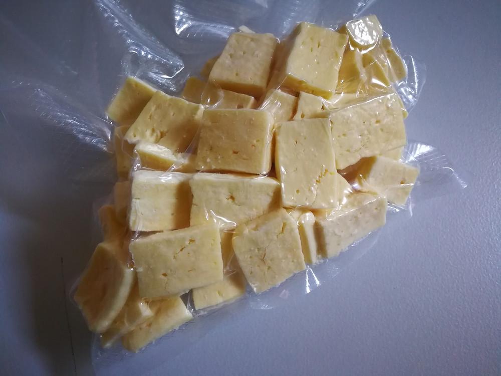 Vakuově zabalený lyofilizovaný sýr