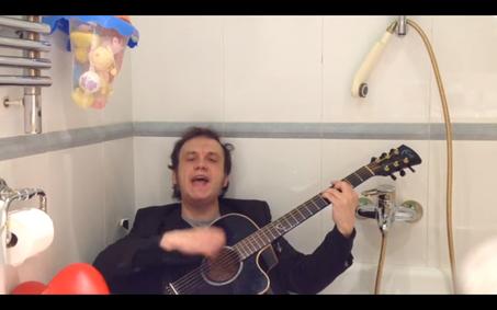 """""""Un día con Álvaro Sánchez"""", de la entrevista surrealista idiota con la genia Papayesca. Momento bañera, arrancándose a pelo con """"La muerte no existe""""."""