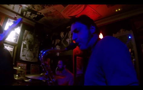 Gabi Kádex, el saxo y la clase fundidos en rojo.