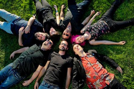Álvaro, Bambam, Javi, Gonzalo, Marta, Gabi y Bea. Demasiado bueno para ser real, por Kate Girman.