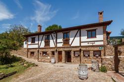 Fotografía de la fachada principal de la casa rural El Nogal de Laguna