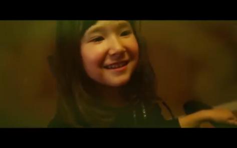 Gabita, la hija de Gabi. Un amor de niña, se lo pasó pipa durante el vídeo.