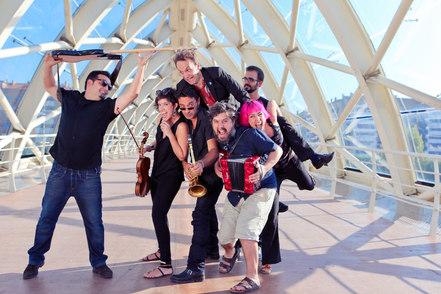 Todavía no habíamos conseguido ensayar todos juntos, pero ya teníamos fotógrafa. Y además, rusa.