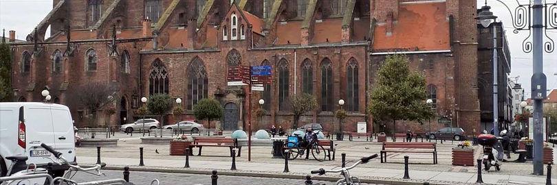 город-здание-карпич-красный-машины-велос