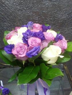 Сиреневые розы с эустомами