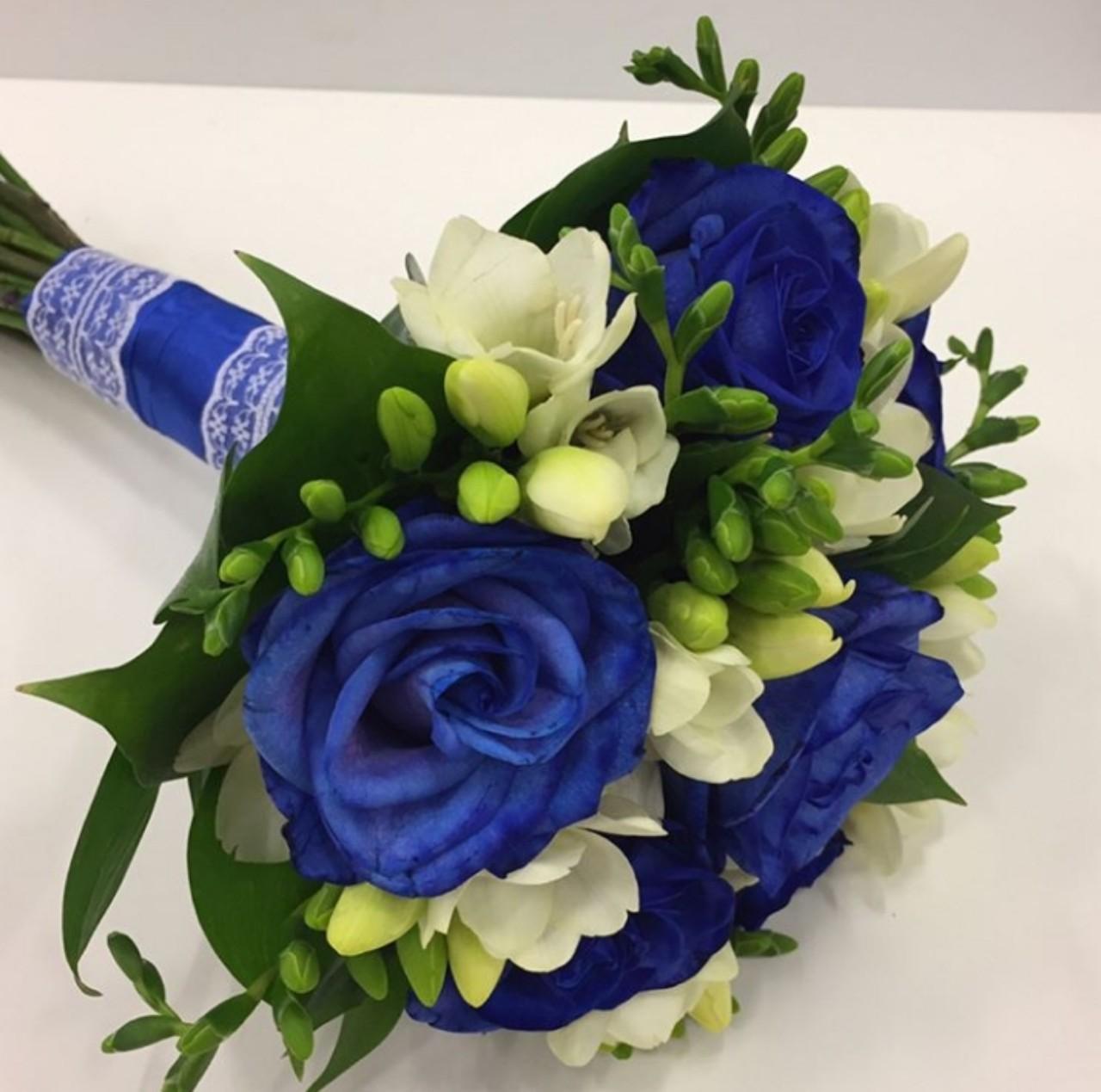 с синими розами