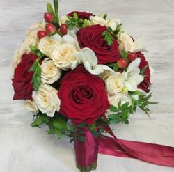 С крупными красными розами