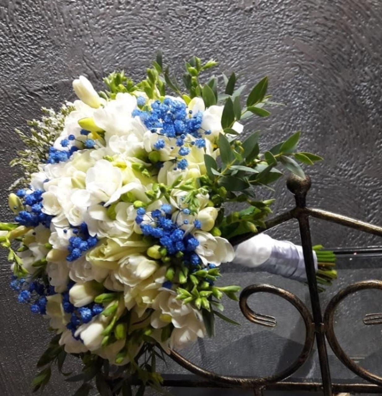 Белый с синей гипсофилой