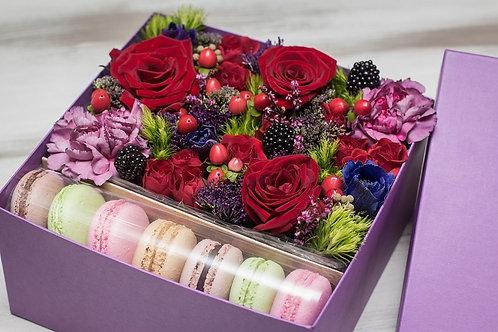 Коробочка цветов с печеньем Макарон